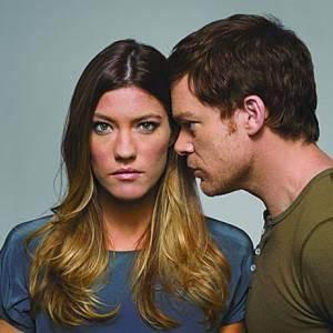 """""""Dexter"""" saison 7 : ce qu'il faut savoir avant de regarder le 1er épisode : Deb se rend compte peu à peu pendant sa thérapie dans la saison 6 qu'elle a des sentiments amoureux pour son frère adopté Dexter. Sachant que les deux acteurs dans la vraie vie sont fraîchement divorcés.... Vous avez dit bizarre ?"""
