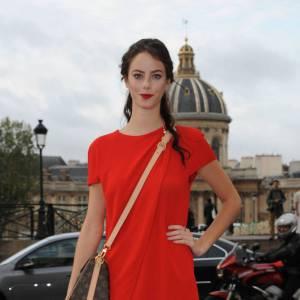Kaya Scodelario en rouge passion chez Louis Vuitton.