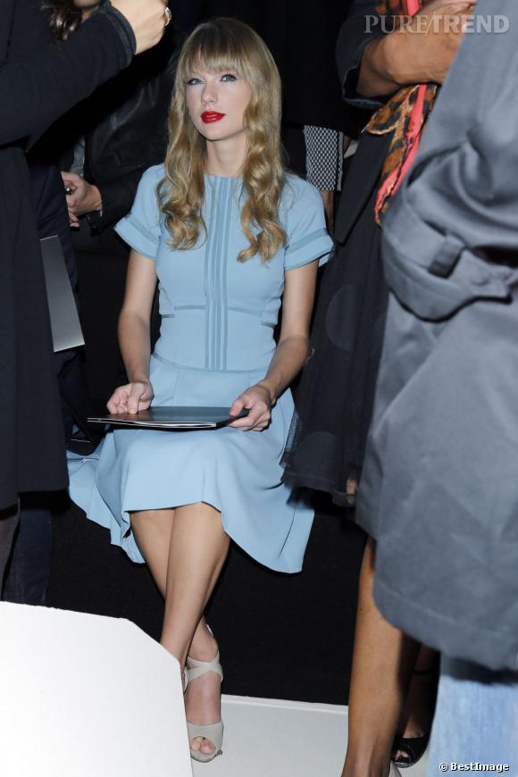 Taylor Swift joue les bonnes élèves chez Elie Saab.