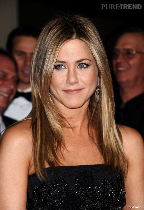 """Les secrets de beauté des stars :       Nom :   Jennifer Aniston     Profession :     Actrice          Son secret :    """"Je pense que l'éclat de mes cheveux, je le dois à mon shampoing. J'utilise depuis plusieurs années un shampoing pour chevaux. Il contient moins de parfum et de silicone que les autres shampoings pour humains. Je l'adore car il me rend les cheveux soyeux et brillants. Le seul hic, c'est le packaging ! Pas très discret dans les chambres d'hôtel !"""""""
