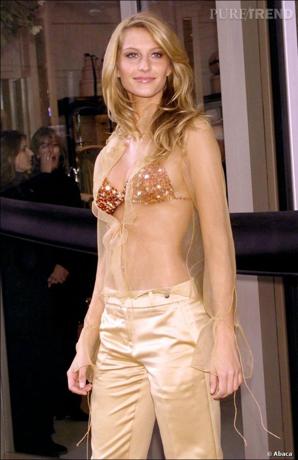 """En 2000 :  Gisèle Bundchen porte le """"Red Hot"""" à 15 millions de dollars, le Fantasy Bra le plus cher de l'histoire de la griffe."""