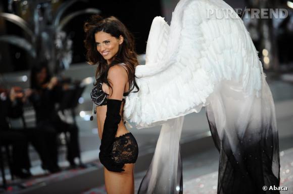 """En 2008 :  Adriana Lima joue les anges noirs avec son """"Black Diamond"""" à 5 millions de dollars."""