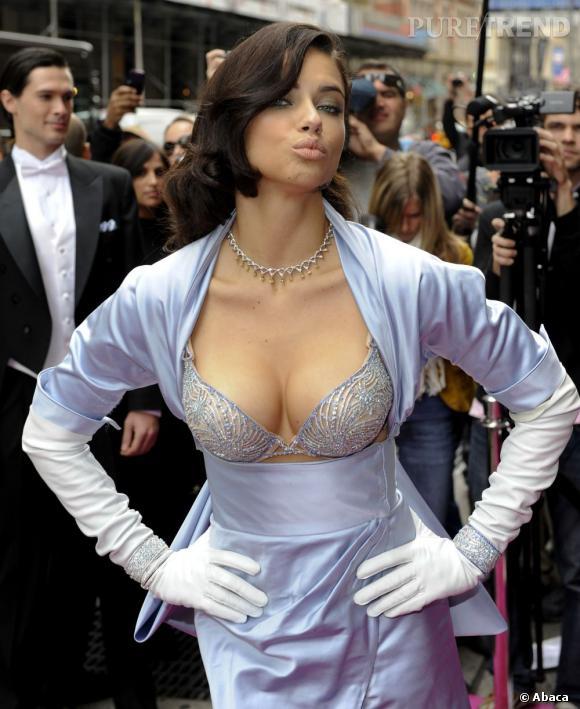 """En 2010 :  Adriana éblouit le show Victoria's Secret avec son """"Bombshell""""."""