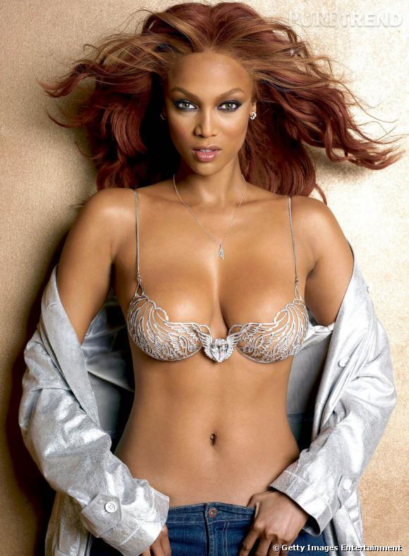 "En 2004 :  Tyra porte son second Fantasy Bra, le ""Heavely 70"" à 10 millions de dollars."