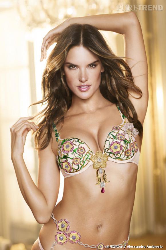 """Alessandra Ambrosio arbore le Fantasy Bra 2012, le """"Floral"""" avec des améthystes, des saphirs, des rubis et des diamants à 2,5 millions de dollars."""
