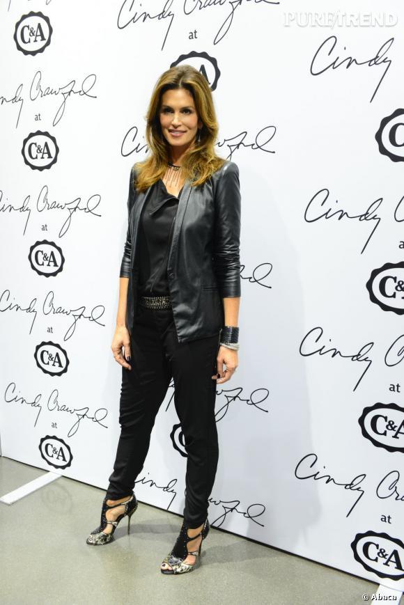 Divine en cuir, la mannequin s'offre un total look noir pour la présentation de sa ligne pour C&A.