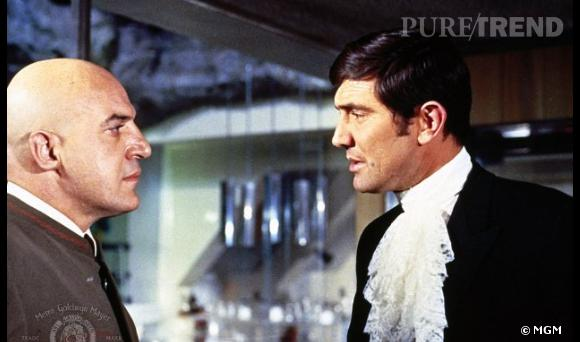 """Le temps d'un épisode (""""Au service de Sa Majesté""""), George Lazenby se glisse dans le costume de James Bond. Si la coiffure reste classique, notons le col jabot..."""