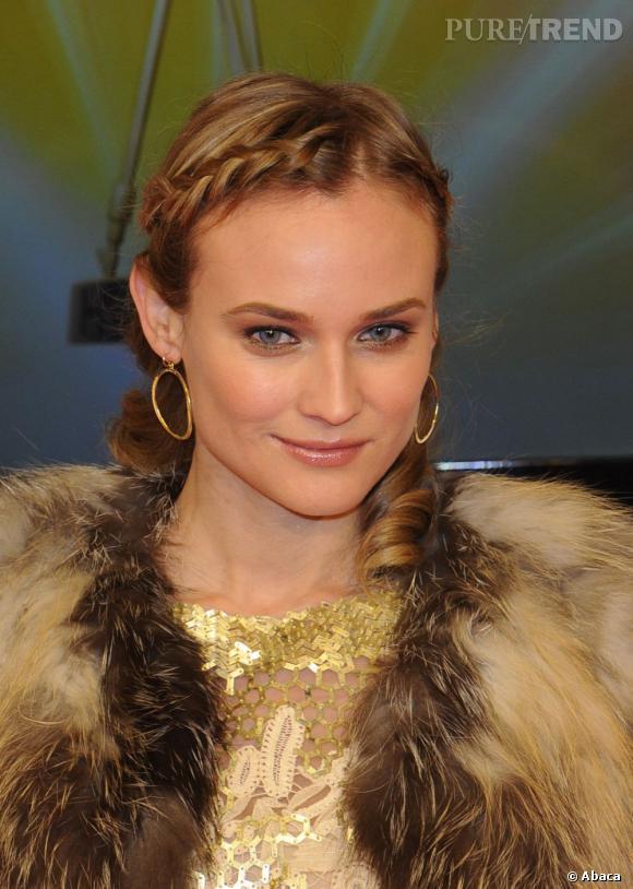 Diane Kruger est une pro capillaire. Ses coiffures sont toujours plus jolies et élaborées les unes que les autres. Ici, elle dessine sa raie à l'aide de deux tresses africaines et elle boucle ensuite ses longueurs pour une coiffure toute en légèreté. Une coiffure bohème chic que l'on a envie de copier.