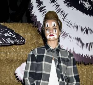 Mena Suvari se transforme en clown triste.