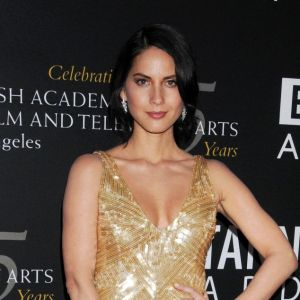 Olivia Munn brille aussi dans une robe dorée Temperley London.