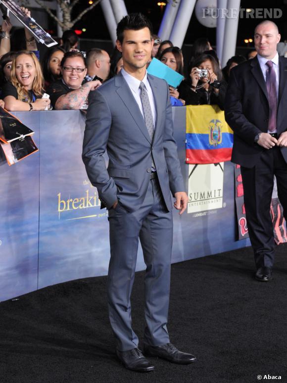 Taylor Lautner reste plus classique avec un costume bleu gris.