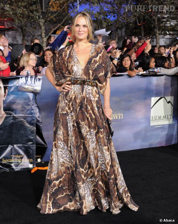 Molly Sims foule le tapis rouge en robe safari.