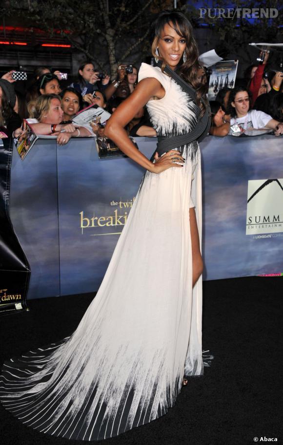Judi Shekoni, étonnante dans une robe aux motifs brossés.