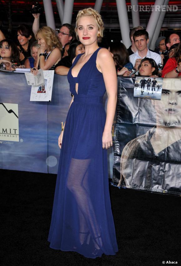 AJ Michalka, magnifique dans une robe au jupon transparent.