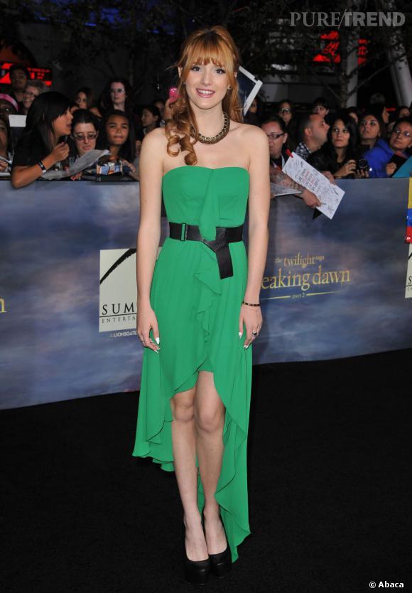 Bella Thorne adopte l'asymétrie et le vert vif pour contraster avec ses cheveux roux.