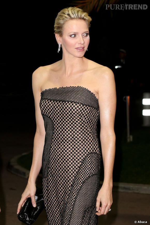 Très élégante dans une robe fourreau quadrillée Akris, Charlene prend la pose.