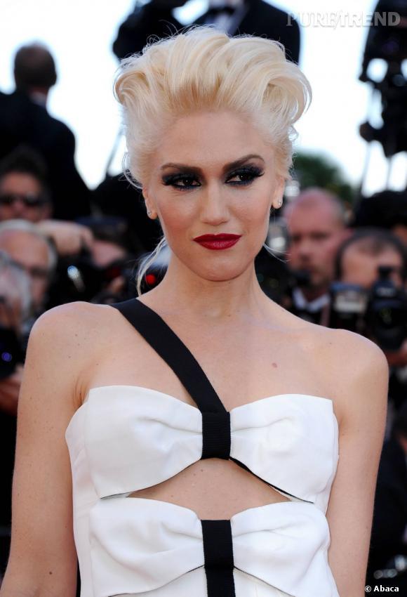 Sur le tapis rouge, Gwen Stefani ose la paupière corbeau associée à la bouche carmin.