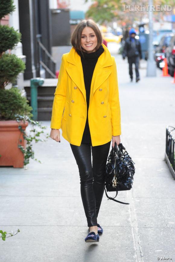 Entre ses slippers et son manteau oversized, Olivia est à l'affût de toutes les tendances.