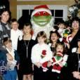 Ellen en profite pour montrer quelques anciennes cartes de Noël de la famille Kardashian.