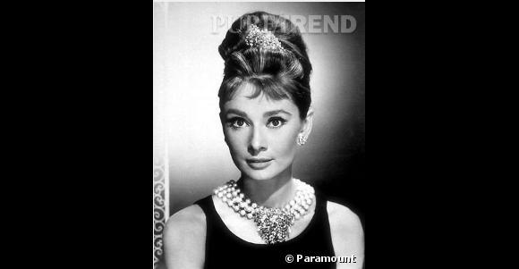 Audrey Hepburn est à coup sûr l'une des actrices les plus élégantes qu'il ait été donné de voir au cinéma. Son chignon haut accessoirisé d'un hairband est lui devenu culte.
