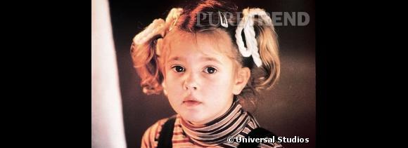 """Drew Barrymore devient célèbre à 7 ans en jouant dans """"E.T. l'extraterrestre"""", coiffée de nattes façon Fifi Brindacier."""