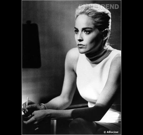 """Dangereusement sexy et manipulatrice dans """"Basic Instinct"""", Sharon Stone séduit tout ce qui bouge lors d'un certain interrogatoire lors duquel elle aborde un chignon banane plaqué."""
