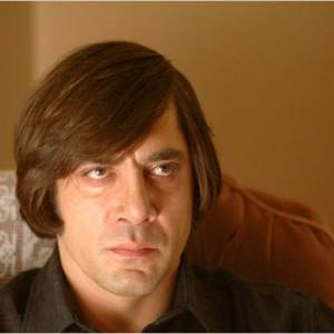 """Javier Bardem ne pouvait pas jouer un simple tueur psychopathe dans """"No Country For Old Men"""", il fallait en plus qu'il soit attifé d'une coupe à la Playmobil qui le rend encore plus inquiétant."""