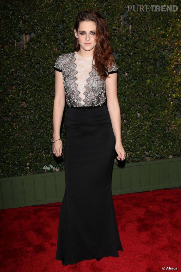 Kristen Stewart porte une robe Talbot Runhoff.