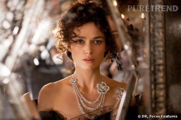 """Keira Knightley portant le collier """"Camélia Poudré""""."""