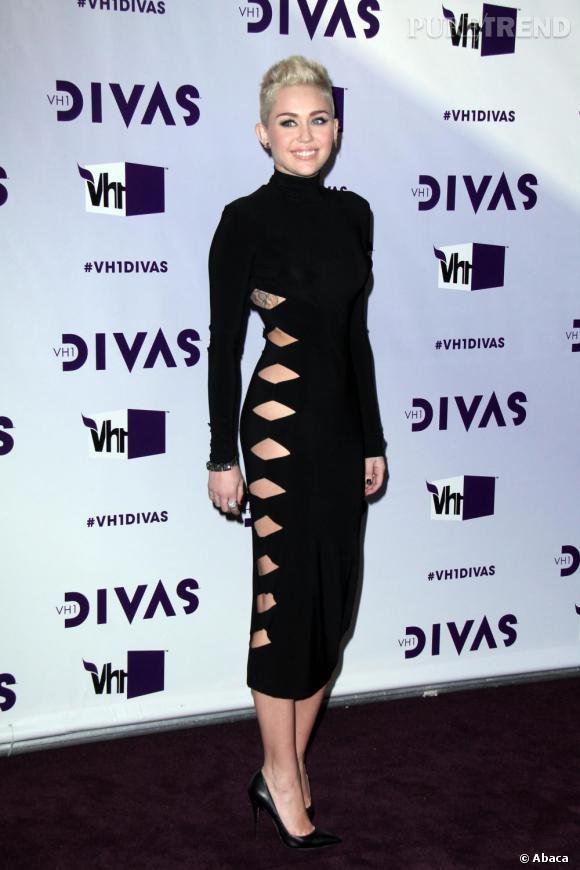 Miley Cyrus mise tout sur sa silhouette avec une robe Norma Kamali.
