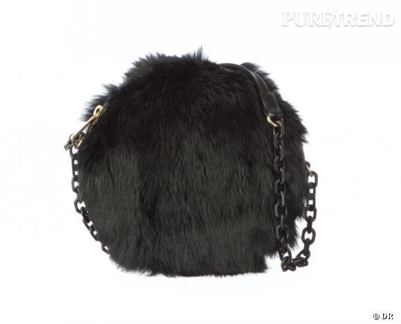 Shopping tendance : la fourrure s'empare des accessoires!  Sac Emporio Armani, 550 €