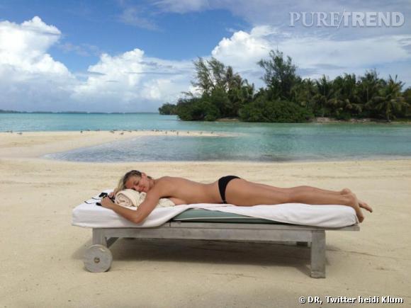 Heidi Klum, topless à la plage.
