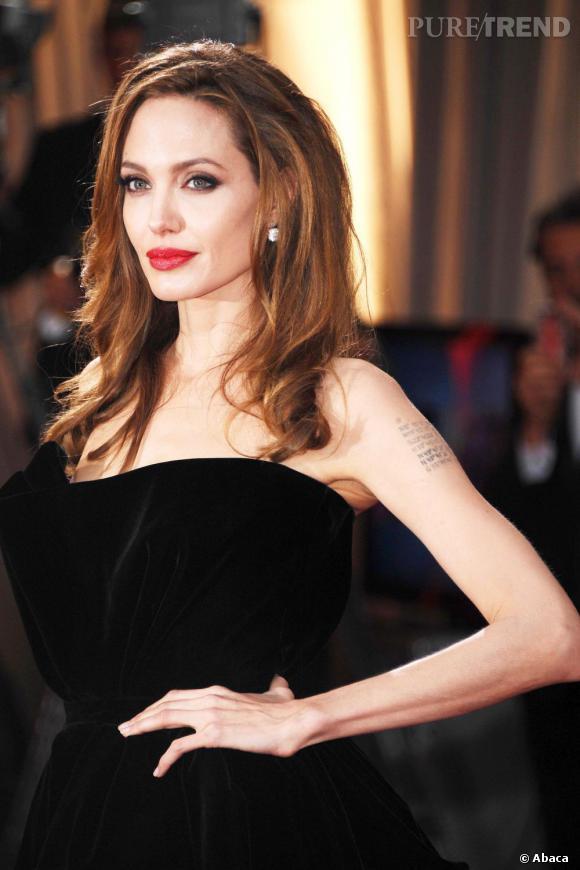 Les plus beaux maquillages de stars pour les fêtes Pour Noël, on copie le maquillage ultra-glamour d'Angelina Jolie aux Oscars 2012.