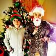 Miley Cyrus joue le Père Noël, mais en combinaison léopard !