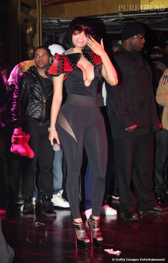 """Nicki Minaj n'a peur de rien et dévoile sa poitrine généreuse lors de la soirée """"Hot 97′s Christmas Extravaganza""""."""