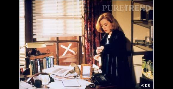 """La série :  """"X Files"""".     Comment la grossesse est cachée ?  Gillian Anderson tombe enceinte pendant la saison 2 de """"X Files"""". L'équipe décide donc de cacher sa silhouette sous des vêtements très amples et de faire disparaître son personnage pendant un petit moment avec pour excuse... un enlèvement !"""