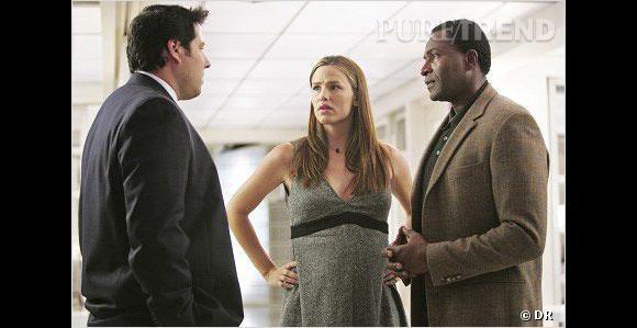 """La série  : """"Alias"""".     Comment la grossesse est cachée ?  jennifer Garner tombe enceinte pendant les tournages de la série """"Alias"""". Le réalisateur décide donc que son personnage aussi aura un enfant."""