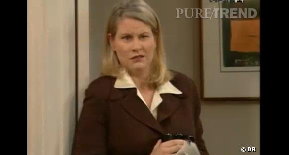 """La série :  """"Une nounou d'enfer""""    Comment la grossesse est cachée ?  Encore la vieille technique du """"sac devant mon ventre"""" pour Lauren Lane, enceinte pendant """"Une nounou d'enfer"""". Ses quelques kilos en plus l'a trahissent tout de même !"""
