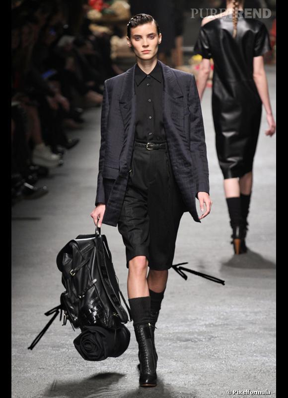 Comment porter le short cet hiver ?      Comme chez Trussardi, le short est long avec pinces pour un style garçon preppy. L'accessoire à y combiner : le sac à dos.      Défilé Automne-Hiver 2012/2013