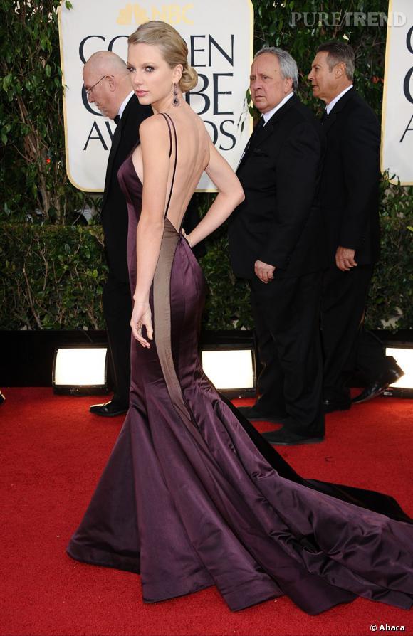 Taylor Swift mise sur une robe au décolleté plongeant dans le dos et à moitié transparente sur les côtés... Sexy !
