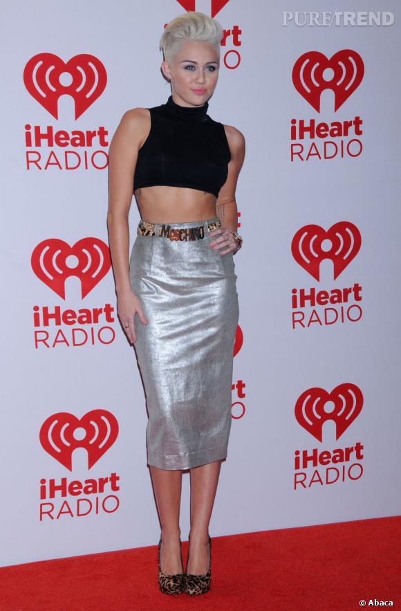 Miley Cyrus parle de ses coups de coeur féminins sur Twitter.