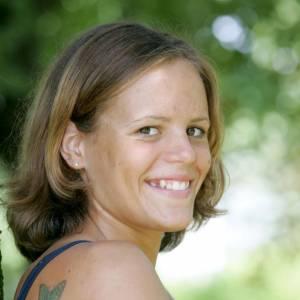 L'évolution beauté de Laure Manaudou. En 2004, elle n'a que 18 ans et affiche des airs juvéniles, coiffée d'un carré sage.