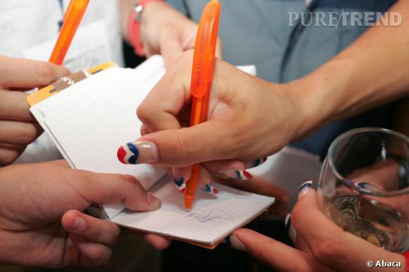 Durant les compétitions, Laure Manaudou joue l'originalité avec une moon-manucure inversée bleu-blanc-rouge.
