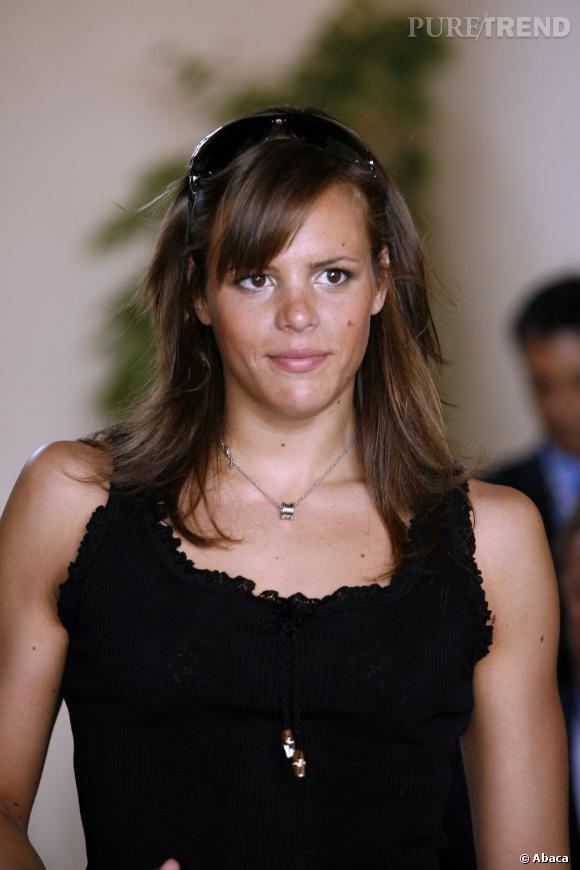 Bronzée, le front coiffé d'une mèche, Laure Manaudou est une bien jolie spectatrice à la finale du tournoi de tennis de Monte-Carlo en 2007.