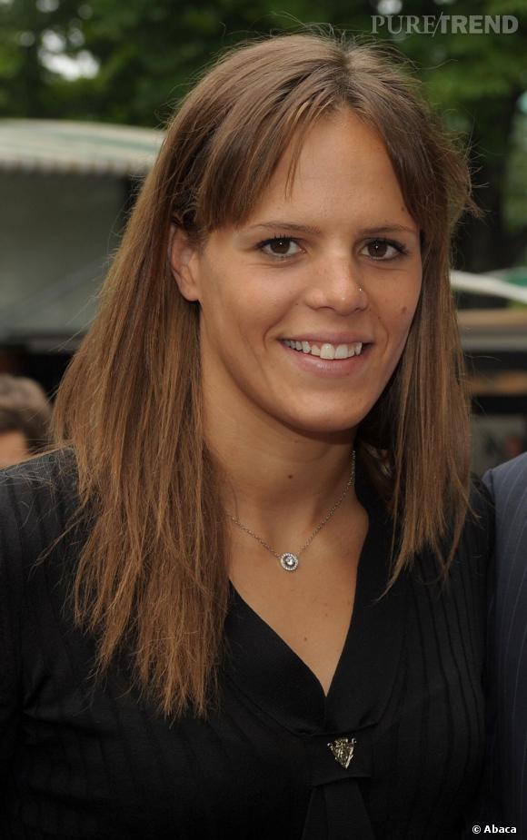 Laure Manaudou n'assume pas sa frange, qu'elle balaie sur les côtés. Dommage. Bon point en revanche pour le teint hâlé, au tournoi de Rolland Garros en 2008.
