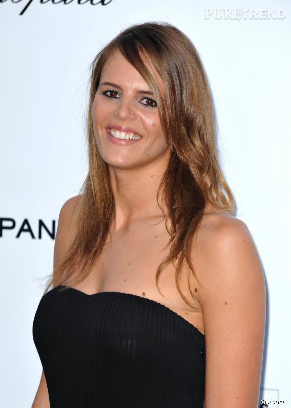 En 2009, Laure Manaudou participe au gala de l'AMFAR organisé durant le Festival de Cannes et joue les sirènes sur le red carpet, optant pour l'oeil cerclé de noir et le brushing lisse.