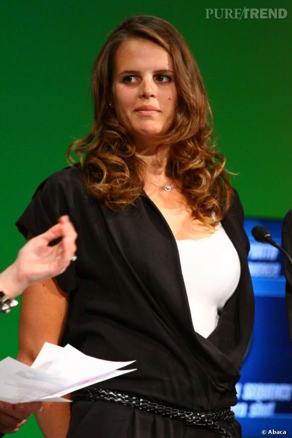 Enceinte, Laure Manaudou change de coiffure et boucle ses longueurs.