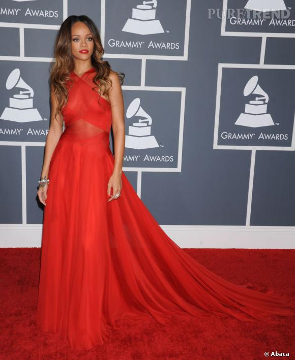 Rihanna aux Grammy Awards 2013 porte une longue robe rouge Azzedine Alaïa.