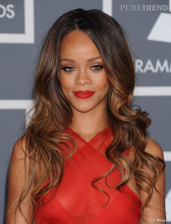 Rihanna souligne ses yeux verts et ourle sa bouche de rouge aux Grammy Awards 2013.