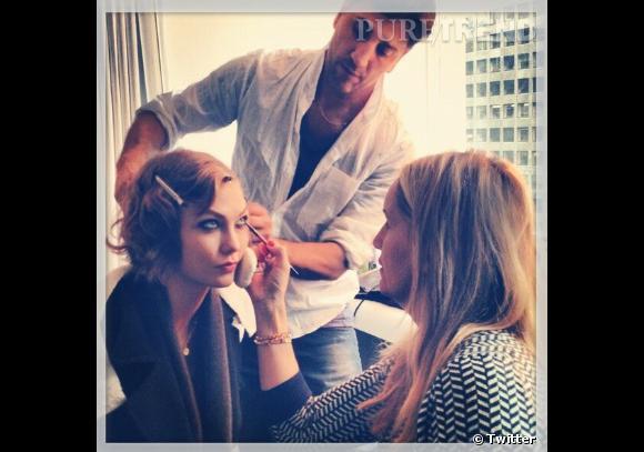 Les coulisses beauté des Grammy Awards 2013 sur Twitter Karlie Kloss, la pro des backstages.